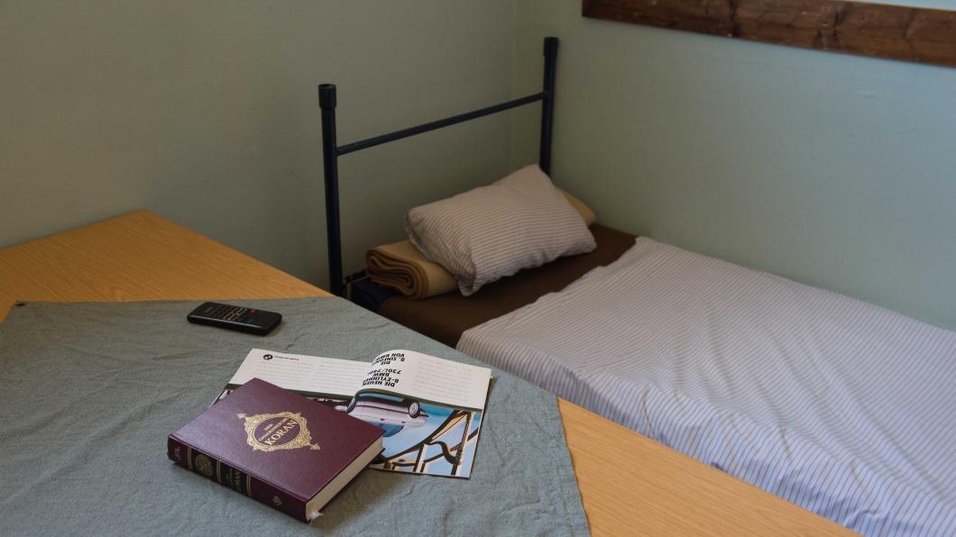 Der Koran liegt am 02.09.2016 in der Justizvollzugsanstalt JVA Kassel I (Hessen) auf einem Tisch in einer Zelle