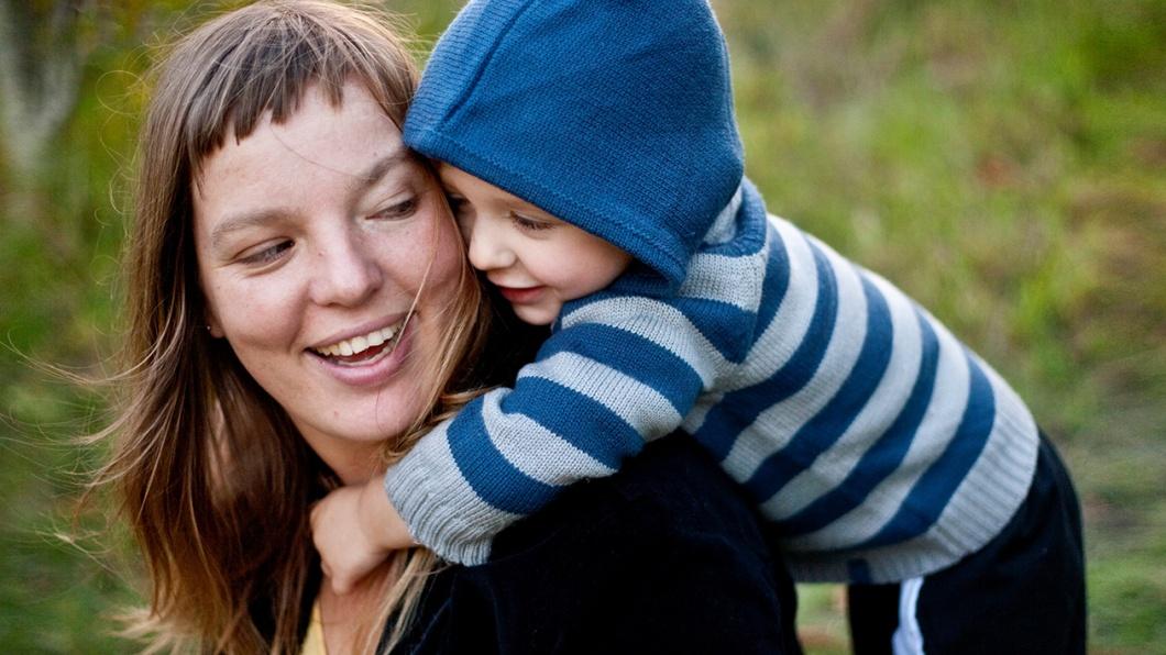 Mutter und Kind als Symbolfoto zum Thema 'Kinder abholen. Feierabend!' In Norwegen geht das