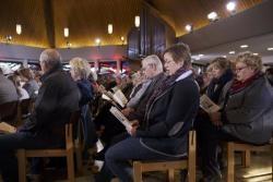 Die Gemeinde singt fleißig mit