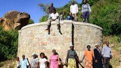 KENIA, ADS Anglican Development Services of Mount Kenya East, Stadt Embu, Dorf Gichunguri, Projekt Regenwasserauffang an einem Felsen und Speicherung in Tanks zur Nutzung in Duerreperioden