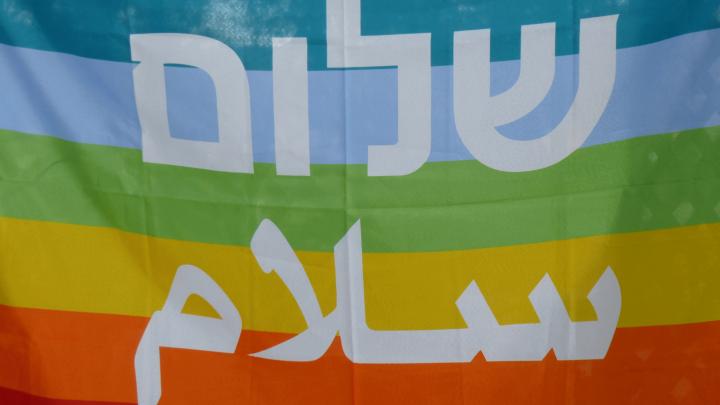 """Regenbogenfahne mit Schriftzug """"Frieden"""""""