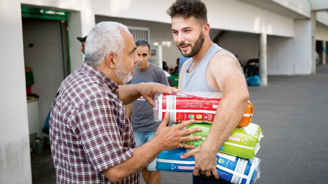 Freiwillige Helfer bringen Lebensmittel und andere Spenden zum deutsch-arabischen Kulturzentrum Haus der Weisheit in Berlin Moabit