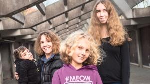 Claudia Koepke und ihre Töchter Sara, Annika und Sohn Luca