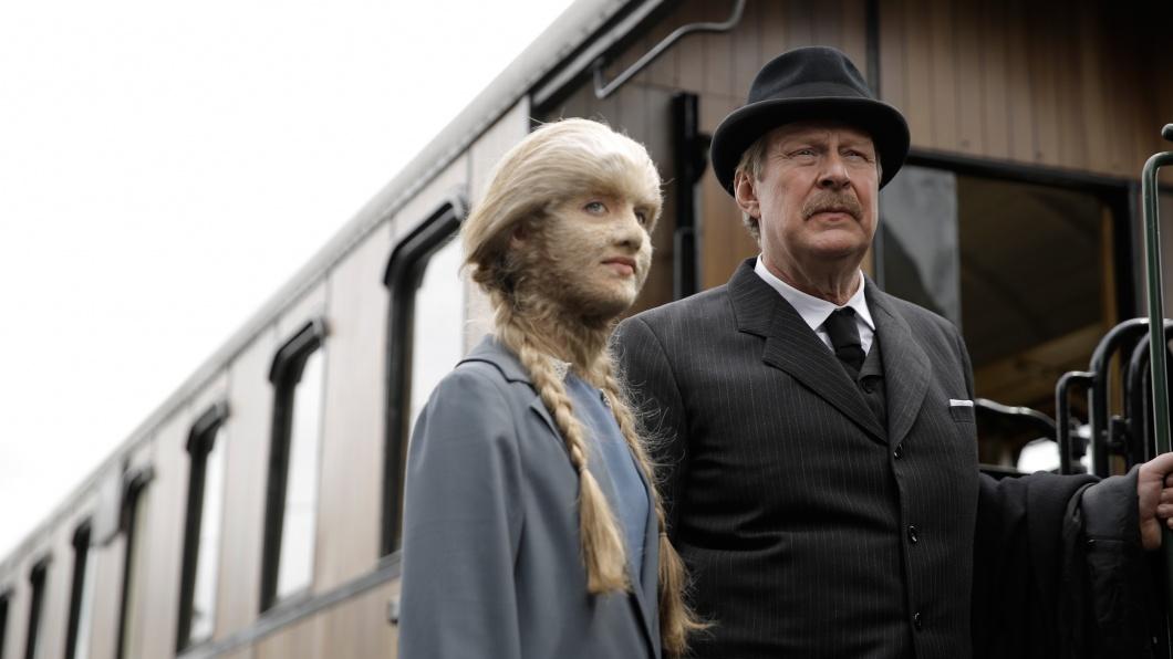 Eva Arctander (Mathilde Thomine Storm) und ihr Vater Gustav Arctander (Rolf Lassgard) steigen in einen Zug nach Kopenhagen.