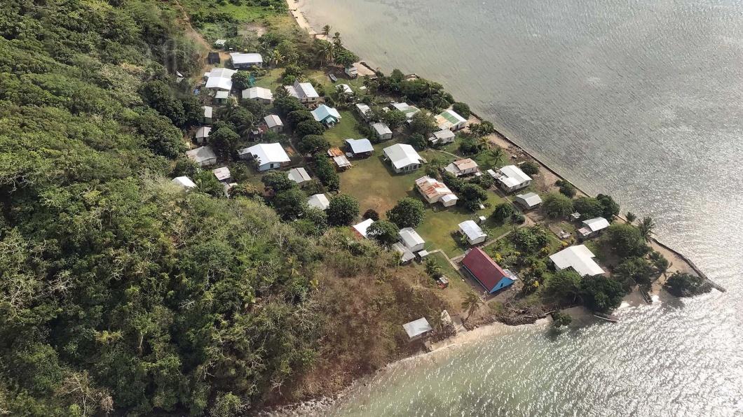 Eine Luftaufnahme des Dorfes Narikoso auf der Fidschi-Insel Ono aufgenommen am 19.10.2017. Wegen des steigenden Meerwassers aus dem Südpazifik müssen mehrere Häuser des Dorfes umgesiedelt werden.