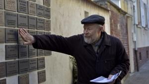 Werner Schiele vor den Gedenktafeln in Flörsheim