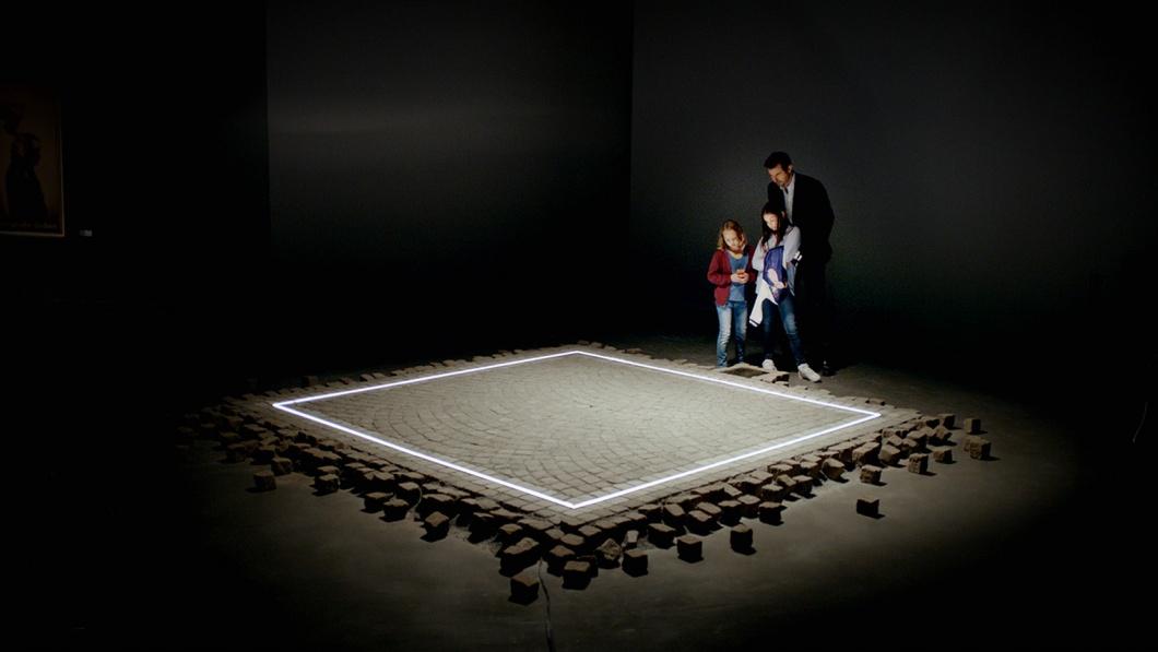 """""""The Square"""", das Quadrat ist ein Kunstwerk, das jeden, der es betritt, vor Übergriffen schützen und jeden, des es betrachtet, zu solidarischem Handeln bewegen soll."""