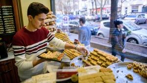 Sulaiman al-Sakka, der Sohn der Familie, stellt in der Konditorei Damaskus in Berlin eine Geschenkbox mit syrischen Süßigkeiten zusammen