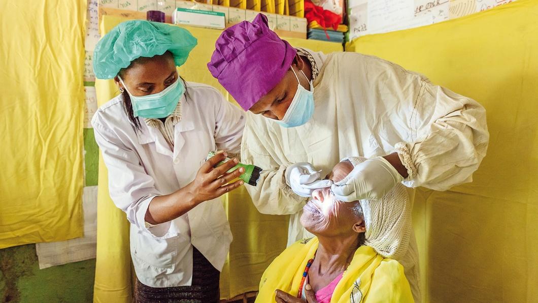 Shega Bomeda Nademu wurde bereits am Trachom operiert. Nun werden im Goflea Health Post bei der Trachom Reihenuntersuchung die Operationsnähte entfernt.