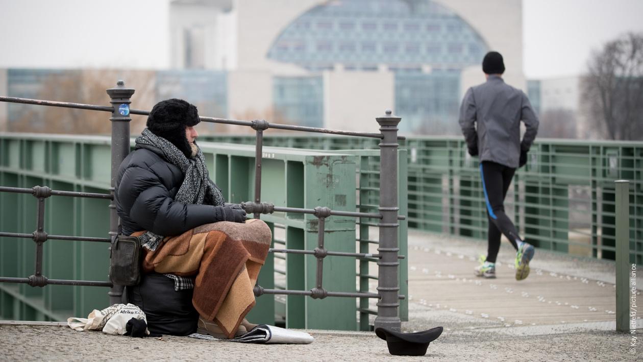 Udo, ein Obdachloser, sitzt am 09.02.2017 in Berlin an der Spree im Regierungsviertel und bittet um Unterstützung. Seinen Schlafplatz hat Udo in einem Zelt, auch an der Spree, rund 200 Meter vom Reichstag entfernt aufgestellt.