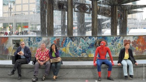 Spiderman am Alexanderplatz in Berlin fotografiert von Gerhard Westrich