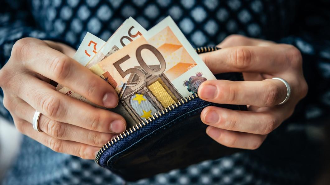 Eine Frau hält Geldscheine in der Hand