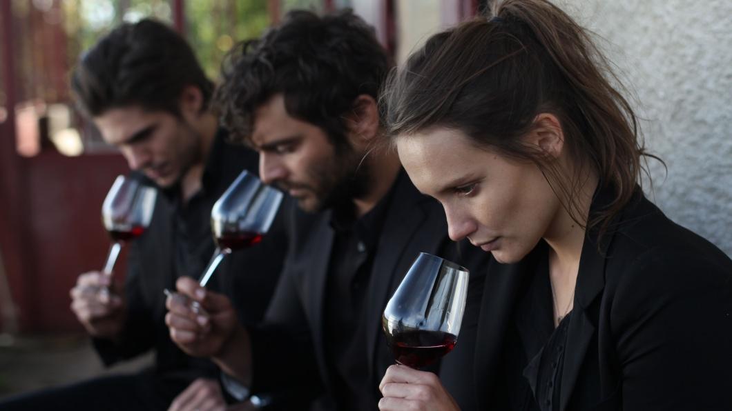 Die Geschwister Jérémie (François Civil), Jean (Pio Marma) und Juliette (Ana Girardot) bei der Weinprobe