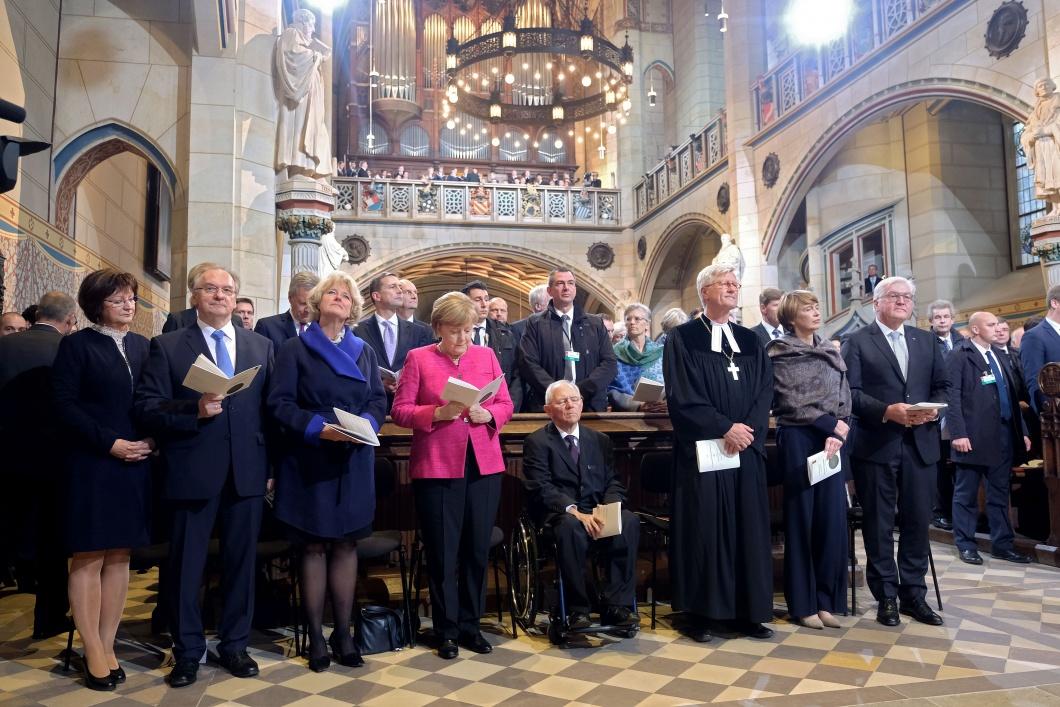 Mit einem zentralen Festgottesdienst in der Wittenberger Schlosskirche feiern die Protestanten am Dienstag (31.10.17) das 500. Reformationsjubilaeum. Foto v.l.: Ehefrau Gabriele Haseloff und der Ministerpraesident von Sachsen-Anhalt, Reiner Haseloff (CDU),