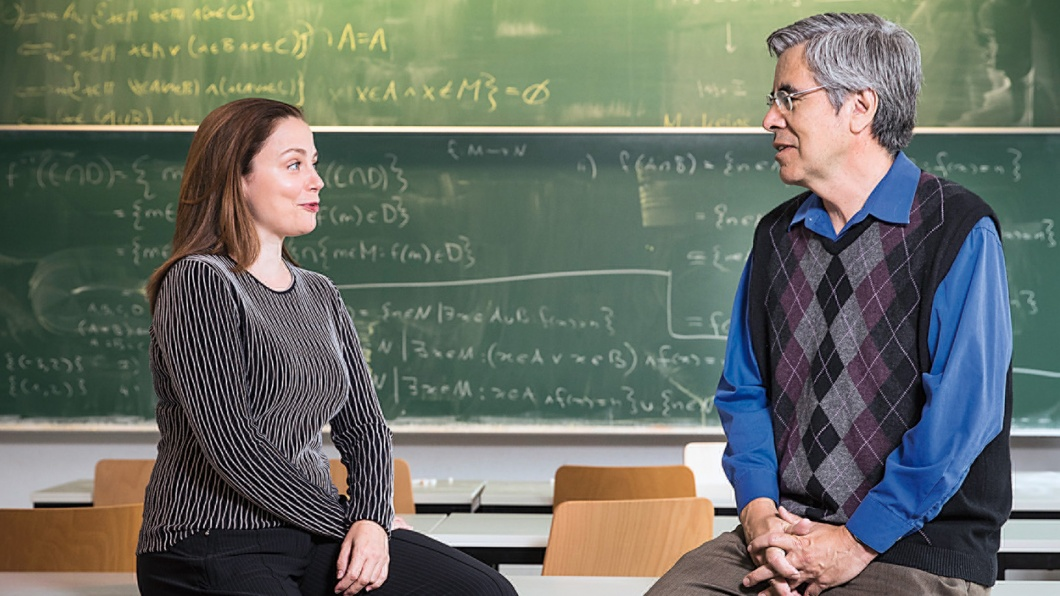 Begegnung - Thea Dorn und Raúl Rojas in einem Unterrichtsraum der FU Berlin
