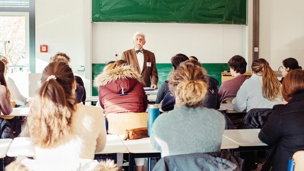 Herr Leon Weintraub im Zeitzeugengespräch mit Schülerinnen und Schülern am Droste-Hülshoff-Gymnasium in Freiburg