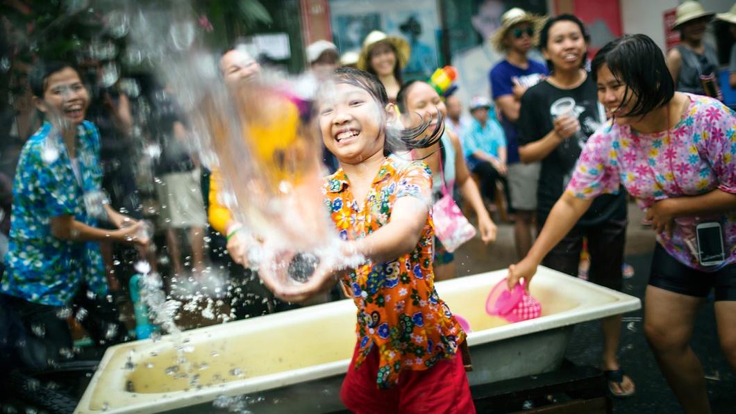 Der April in Bangkok ist heiß - das Wasser zum Neujahrsfest eisgekühlt