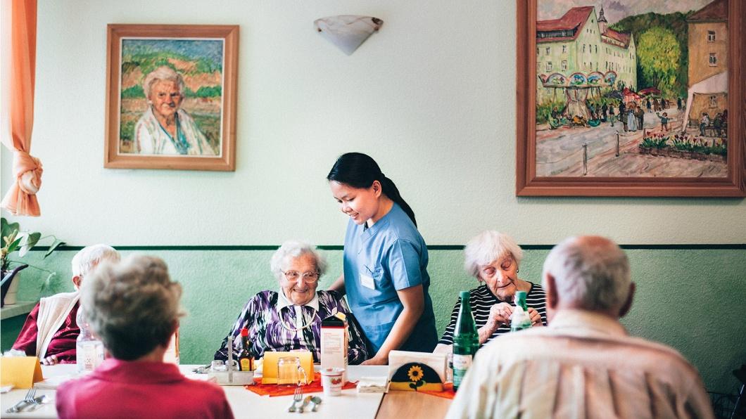 Patricia Sancon von den Philippinen hilft beim Mittagessen