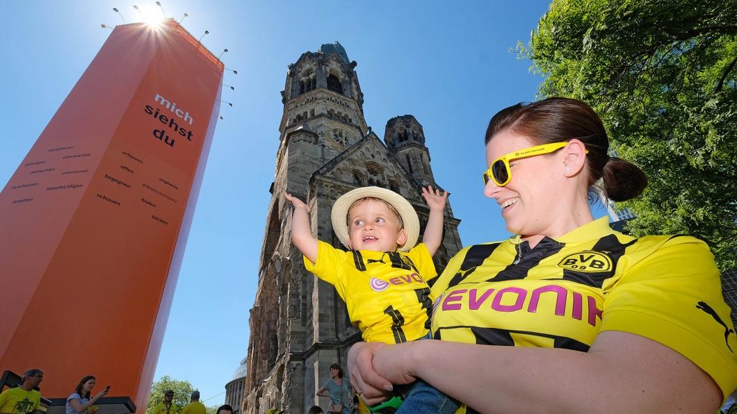 Mutter und Kind in BVB-Trikots vor Gedächtniskirche in Berlin vor Pokalfinale Borussia Dortmund gegen Eintracht Frankfurt