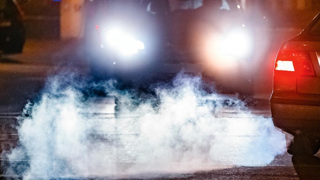 Die Autoabgase eines PKWs, aufgenommen am in Hamburg