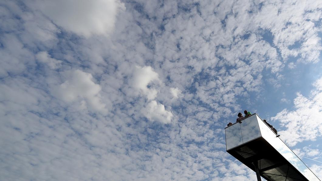 Besucher auf der Installation 'Zwischen Himmel und Erde', die auf der Weltausstellung in der Lutherstadt Wittenberg zu sehen ist
