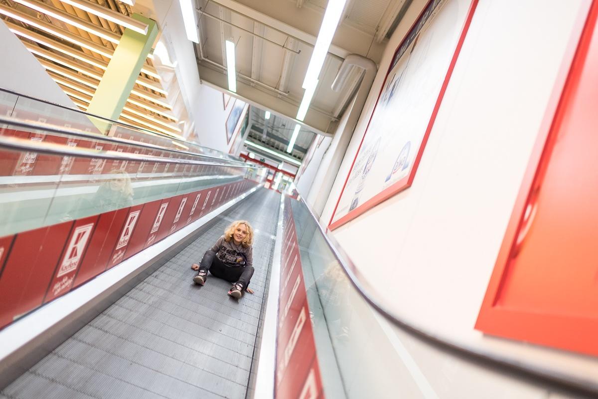 Annika auf Rolltreppe