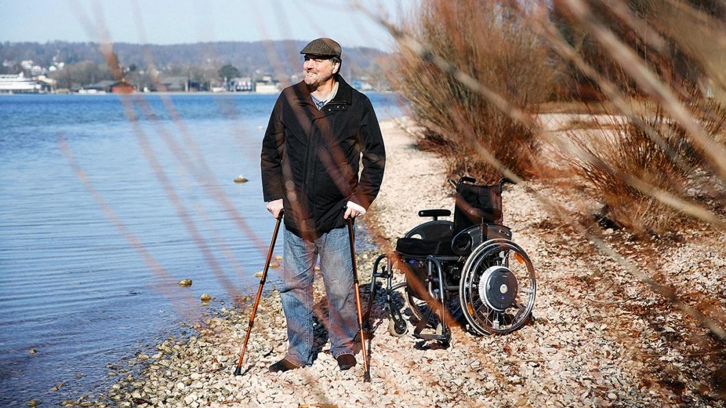 Christian Unger mit Rollstuhl am See