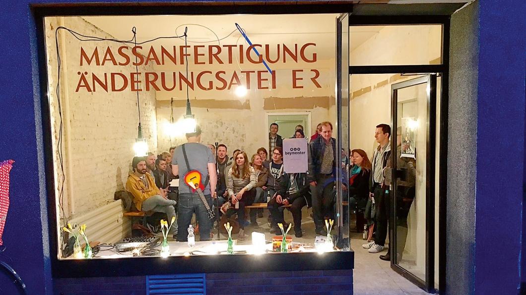 """Früher ein Laden, jetzt eine Kirche.  """"Feyertag"""" in Köln-Mülheim"""