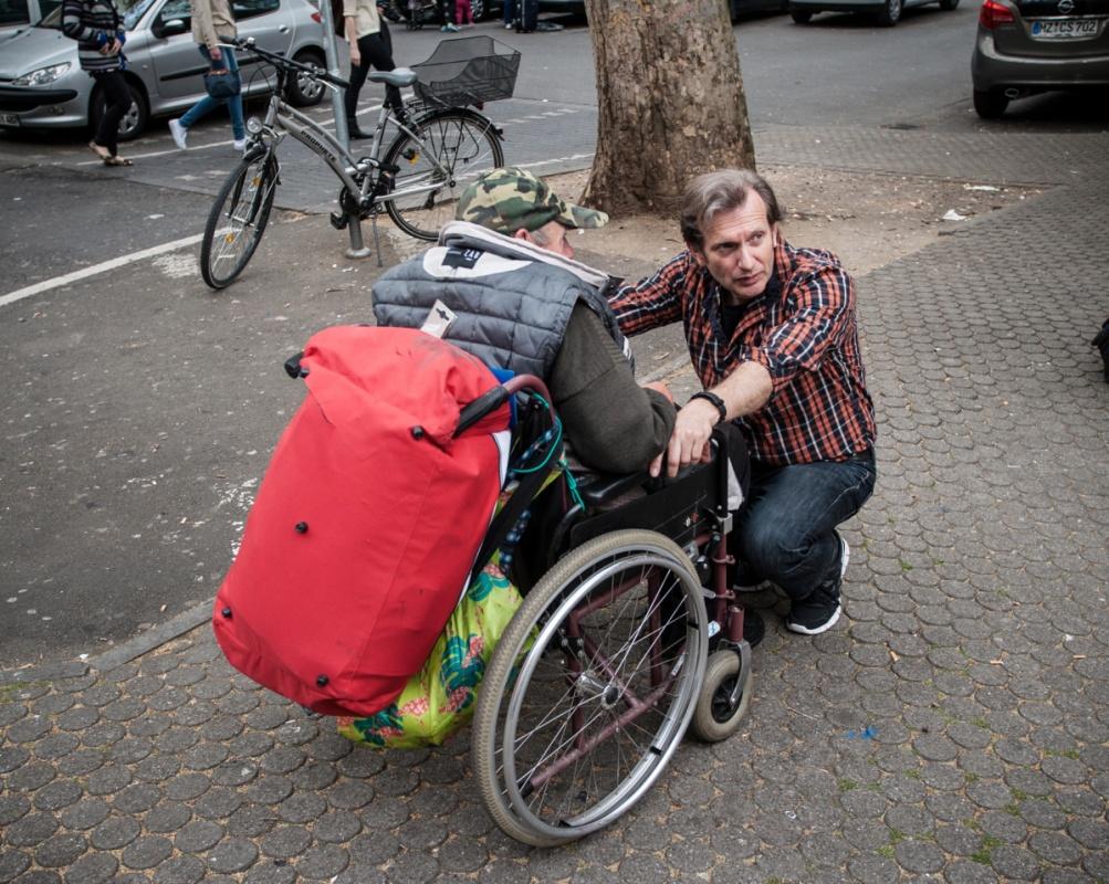 Gerhard Trabert trifft einen langjährigen Patienten am Mainzer Hauptbahnhof.