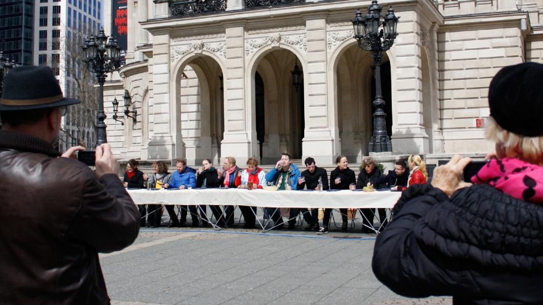 Am Gründonnerstag 2018 (29. März) ist es wieder so weit: Das Team von evangelisch.de bringt Leonardo da Vincis berühmtes Gemälde vom letzten Abendmahl als lebendiges Denkmal auf die Straße, wie hier 2015 in Frankfurt am Main