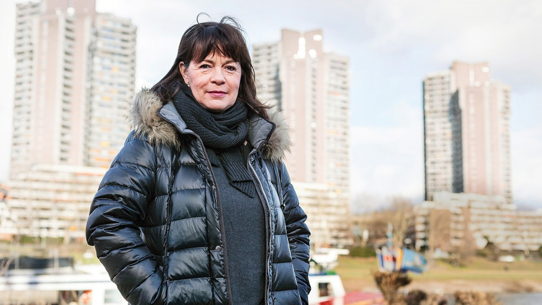 """Portrait der ehemaligen Polizeikommisarin Gabi S., während eines Spaziergangs durch ihr ehemaliges """"Einsatzgebiet"""" Mannheim, Deutschland"""