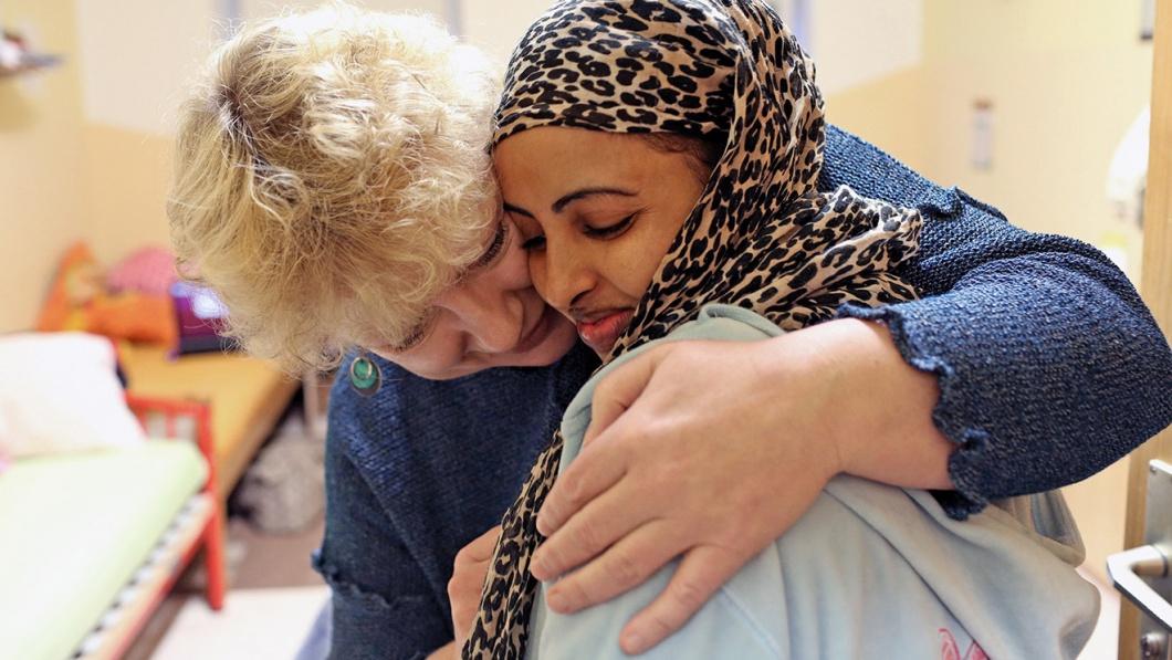 Christina Czapla umarmt ein Maedchen aus Somalia.