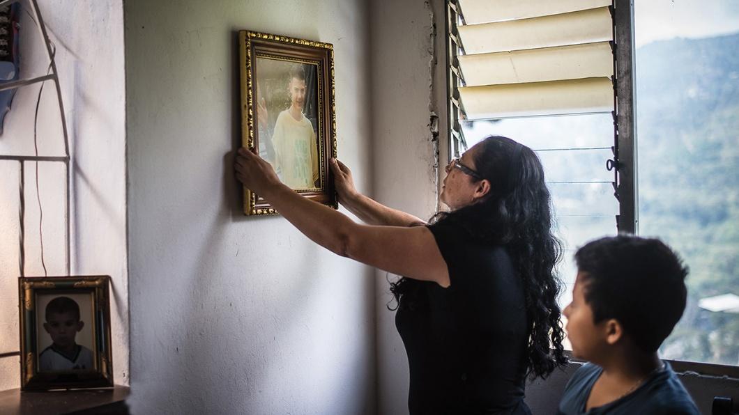 Nora hängt ein großes Portrait von Maximilian in dem neuen Haus auf. Er wurde vor einem Jahr im Bandenkrieg, nicht weit vom Haus entfernt tagsüber erschossen.