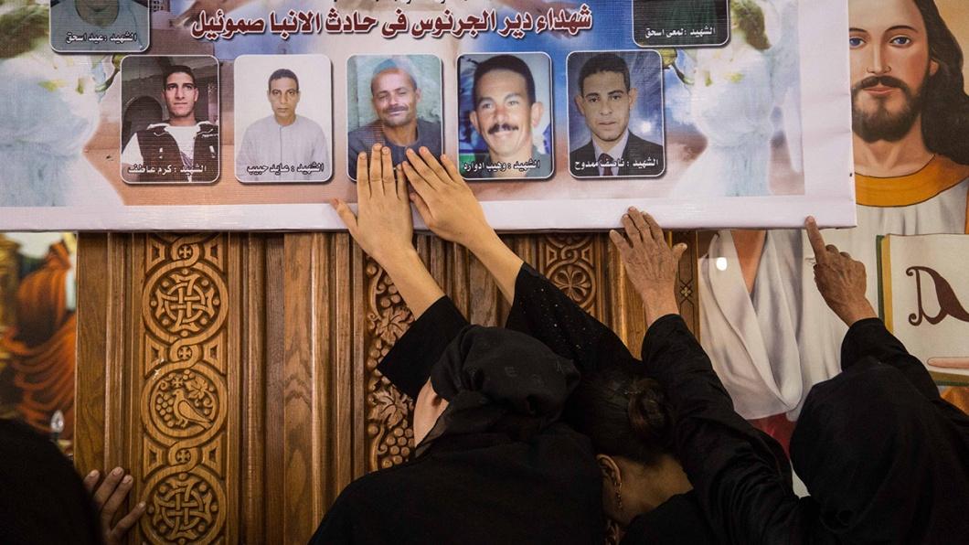 Gebete für die Opfer eines Terroranschlags in der koptischen Deir El-Garnouse Kirche in der Nähe von Al-Minya.