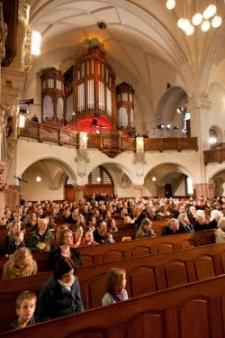Blick über die Gemeinde zur Orgel
