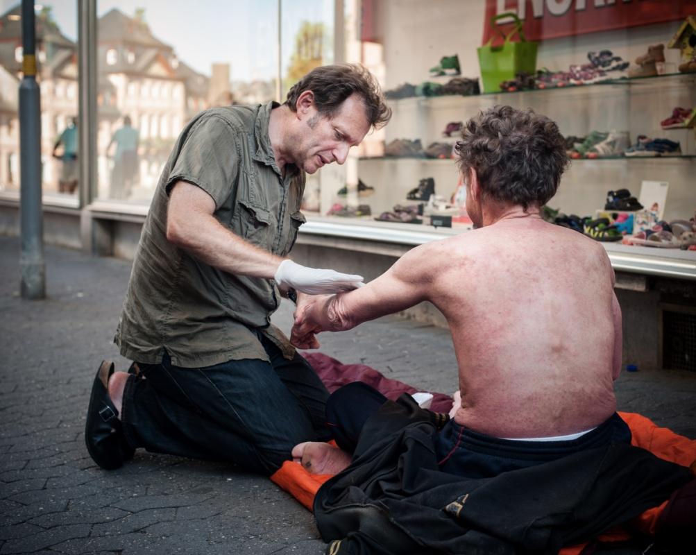 Gerhard Trabert behandelt einen Hautausschlag bei Herrn Dusa.