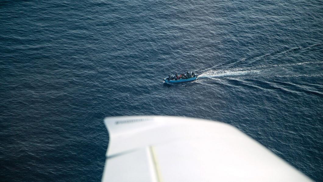 Manos Radisoglou und sein Co-Pilot entdecken ein Flüchtlingsboot