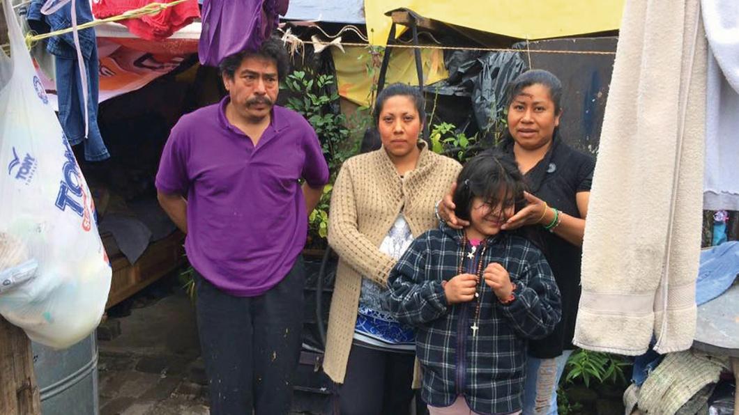 Kein Haus, kein fließendes Wasser: Gabriel und Marcelina Ruedas Chavez mit ihren Töchtern in der Mitte.