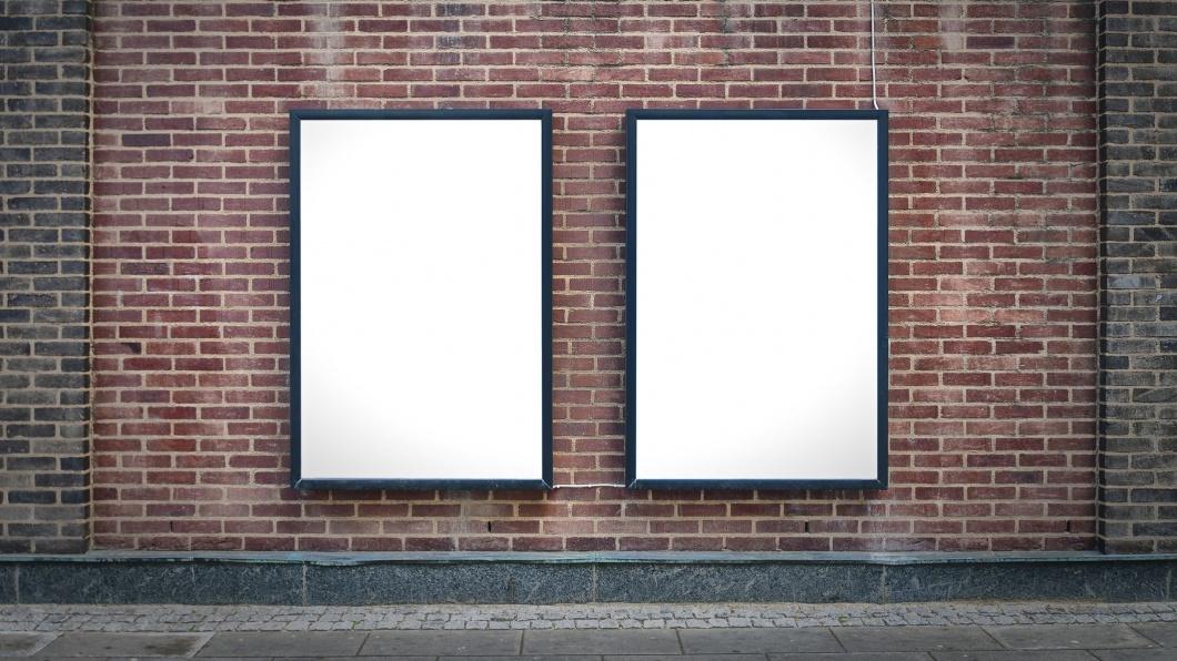Zwei leere Werbetafeln nebeneinander