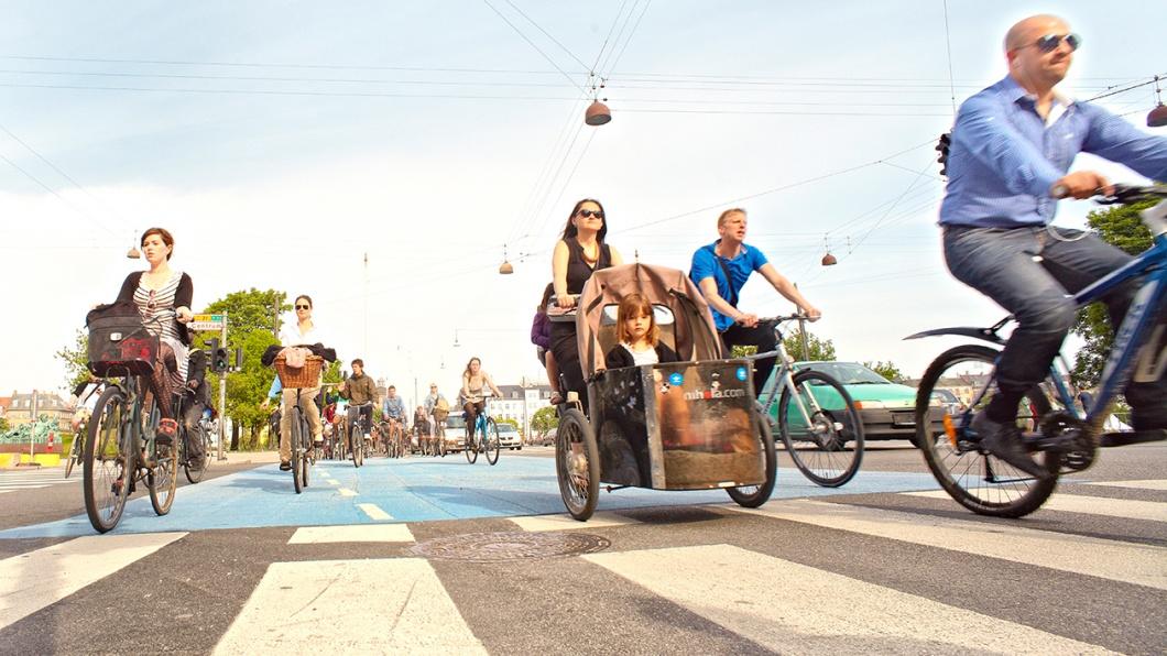 Radfahrer auf den Strassen Kopenhagens, Breiter Fahrradweg, Mai 2013