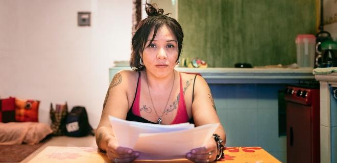 Ana Lopez sitzt in Ihrem neuen Domizil und hält den Abschiebebescheid in der Hand