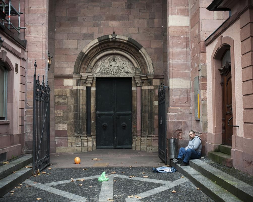 Herr Balz verkauft die Obdachlosenzeitung vor dem Mainzer Dom.