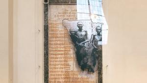 """Andenken an die """"in Deutsch-Südwestafrika Gefallenen"""". Ins Plexiglas graviert: ein Bericht über den verzweifelten Überlebenskampf der Herero"""