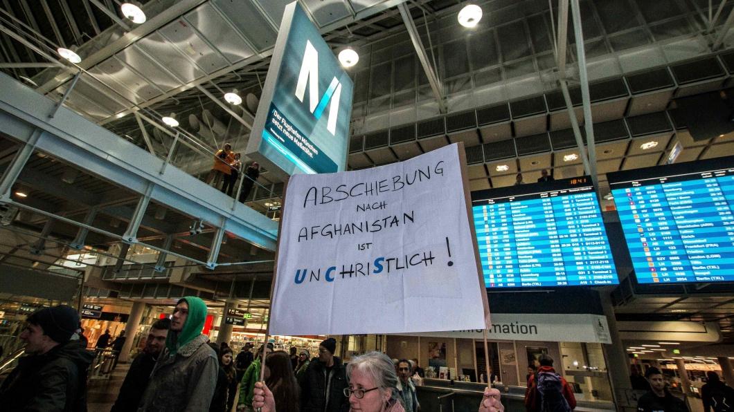 Kirchlicher Protest gegen eine Abschiebung nah Afghanistan: Demonstration am 22. Februar 2017 am Flughafen München