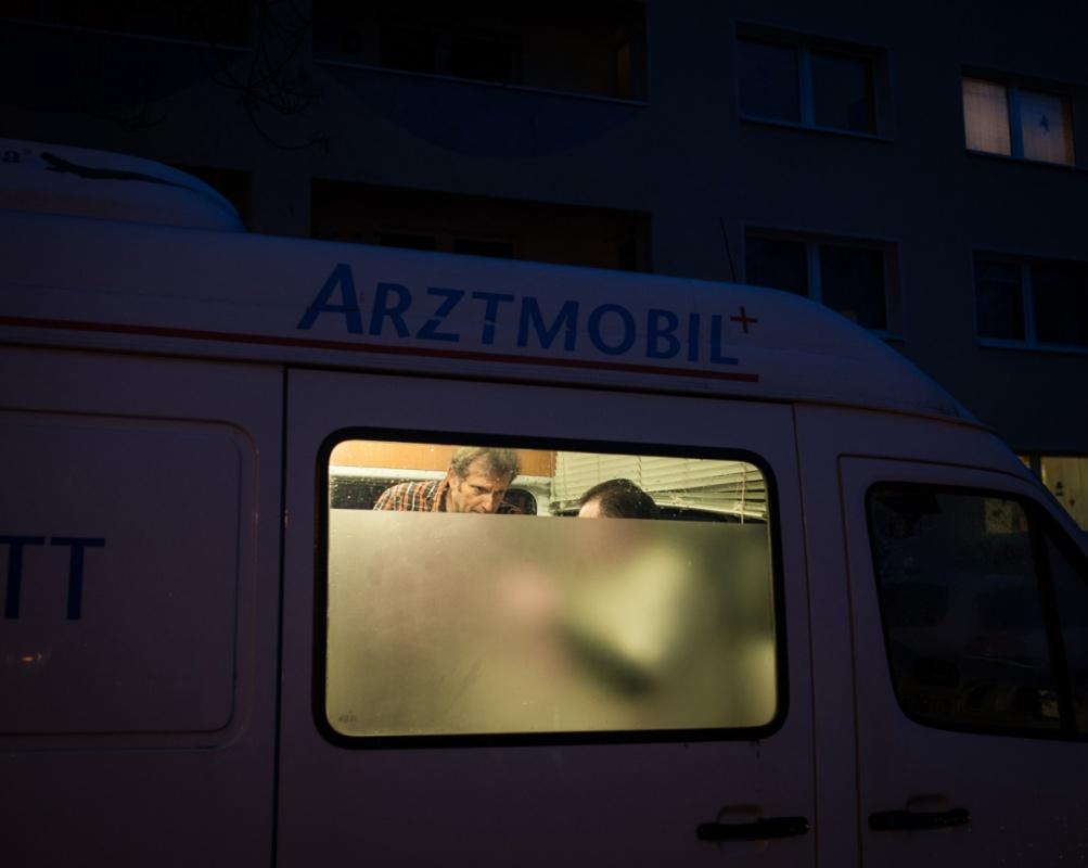 Arztmobil-Sprechstunde vor einem Mainzer Männerwohnheim.