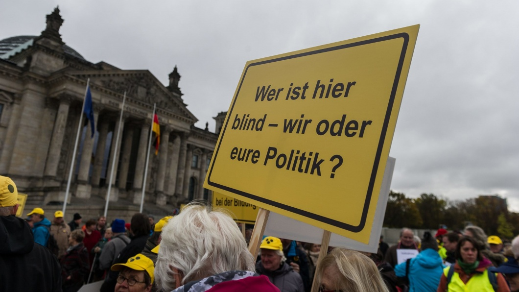 Demonstranten gegen das geplante Bundesgesetz über die Teilnahme halten die Banner in Berlin, Deutschland, am 7. November 2016. Menschen mit Behinderungen befürchten schwere Kürzungen bei den Leistungsrenten.