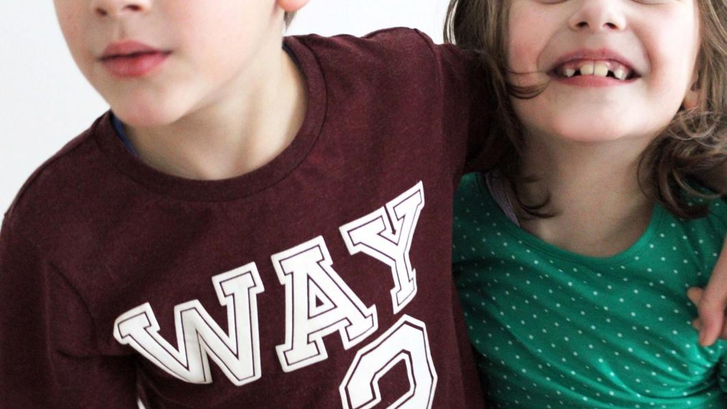Zwei Kinder deren Gesichter nicht zu erkennen sind