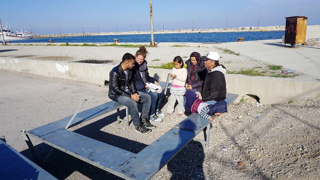 An der EU-Außengrenze: Donata Hasselmann berät Flüchtlinge auf eine Bank am Hafen in Chios