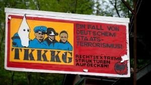 Protestschild, auf dem unter anderem ein Ku-Klux-Klan Mitglied und die Angeklagte im NSU-Prozess, Beate Zschäpe, abgebildet sind, hängt am 07.05.2013 am soziokulturellen Zentrum Club Alpha in Schwäbisch Hall