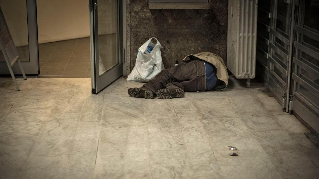 Ein Obdachloser schläft in der Bahnhofswartehalle in Tutzing